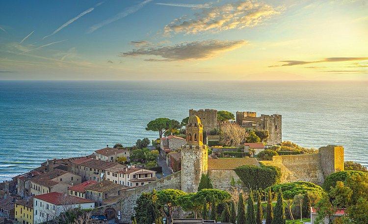 Castiglione della Pescaia ☀️ ein Ort mit bezaubernden Stränden - Castiglione della Pescaia. Der beliebte Badeort ist sowohl in Italien, als auch international besonders für seine schönen Strände und seine prächtigen Pinienhaine bekannt...